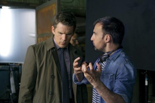 Alejandro Amenabar y Ethan Hawke en el rodaje de 'Regresión'