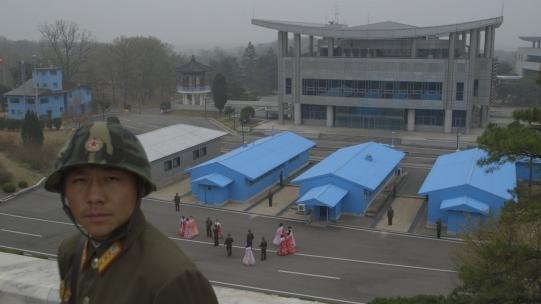 TPG18_soldiers DMZ blue buildings (1280x720)