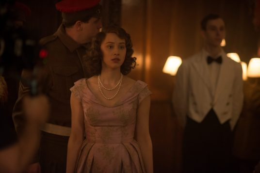 Sarah Gadon como Princesa Isabel, con la expresión de desvalida que mantiene durante todo el filme